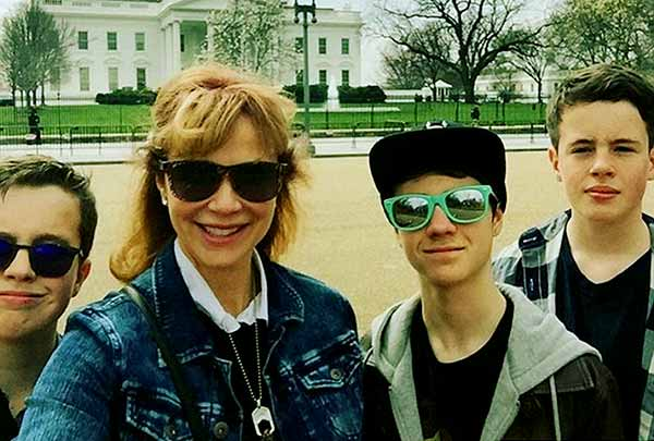 Image of Lauren Holly with her kids