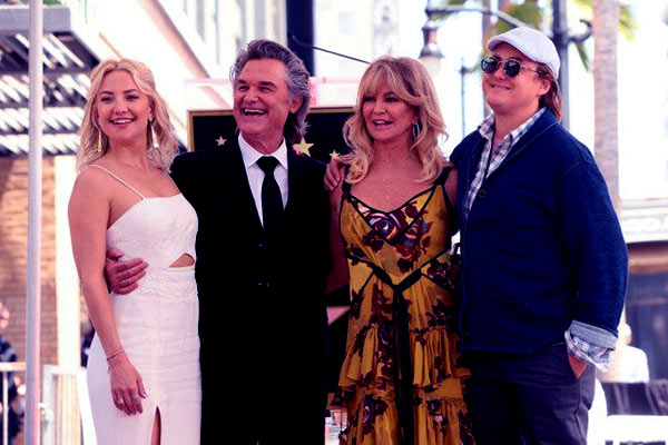 Image of Boston Russell with his (father) Kutt Russell, Goldie Hawn (mother) and step sister (Kate Hudson)