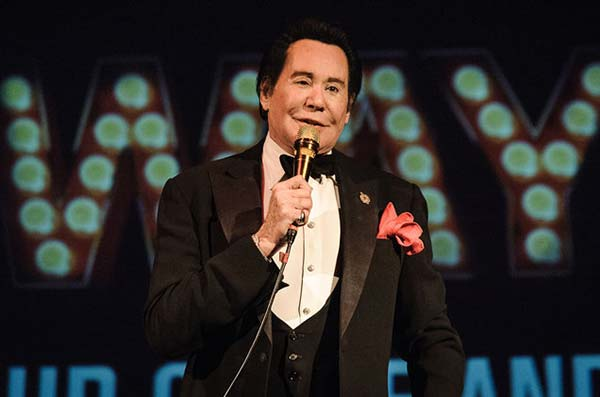 Image of Wayne Newton performing in his show.