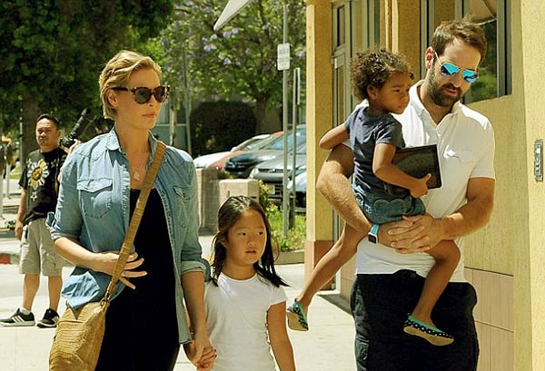 Image of Josh Kelley and his wife Katherine along with their two kids