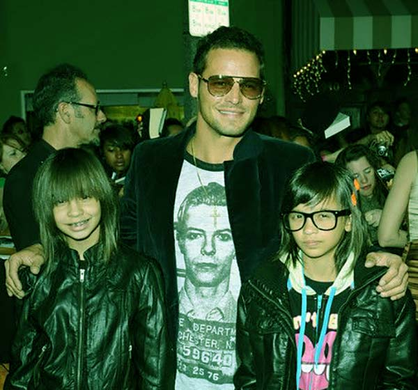 Image of Justin Chambers with twin daughters Maya and Kaila
